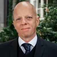 Mäklare Mathias Ringberger, Alexander White