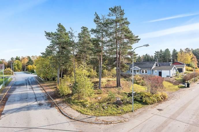 Bild: tomt på Karolinavägen 17, Norrtälje kommun