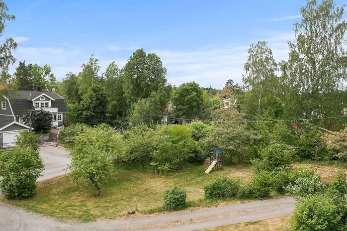 Bild: tomt på Saturnusvägen 18D, Huddinge kommun Solgård
