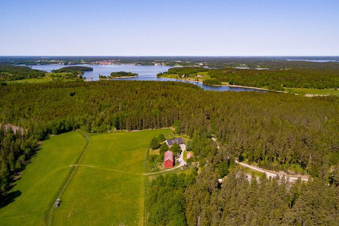 Bild: 9 rum gård/skog på Hälltorpsvägen 9, Nykvarns kommun Taxinge