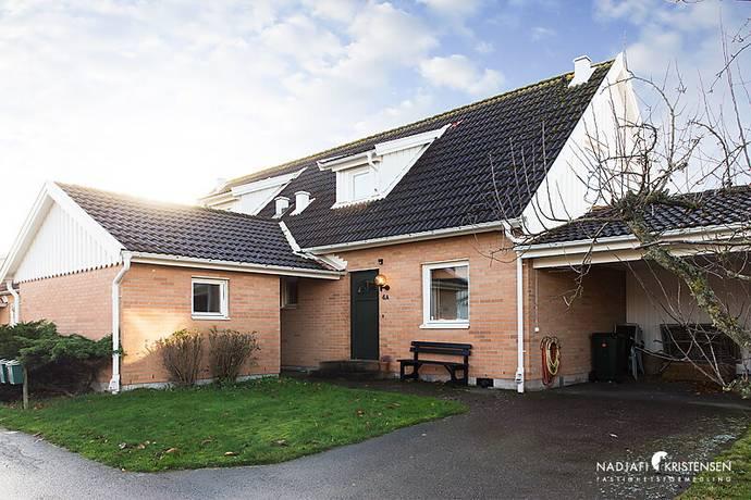 Bild: 4 rum radhus på Örtagårdsvägen 4A, Båstads kommun Torekov centralt