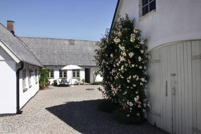 Bild: 6 rum villa på Vranarp 610, Simrishamns kommun Kringbyggd gård