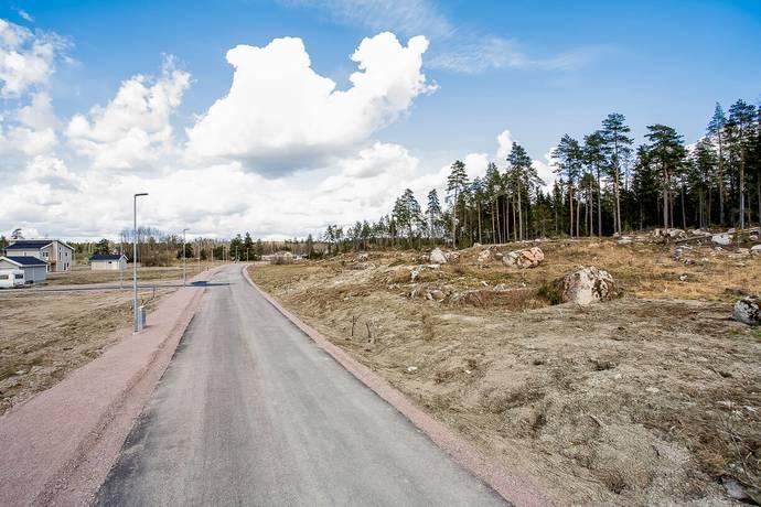 Bild: tomt på Svanmossvägen 9, Uppsala kommun Lindbacken