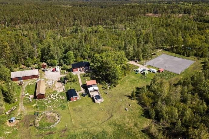 Bild: 8 rum gård/skog på Lillhärad allmänningsgården 2, Västerås kommun