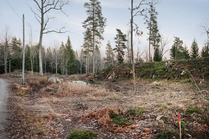 Bild: tomt på Enarevägen 19, Österåkers kommun Ruggsättra