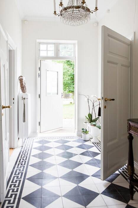 Bilder, Hall, Svart, Kristallkrona, Vit, Rutigt golv, Klassiskt - Hemnet Inspiration
